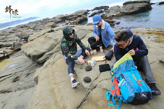 图注:捕捞新鲜即食的海胆,谢霆锋与锋厨新西兰备战 来源:新西兰旅游局