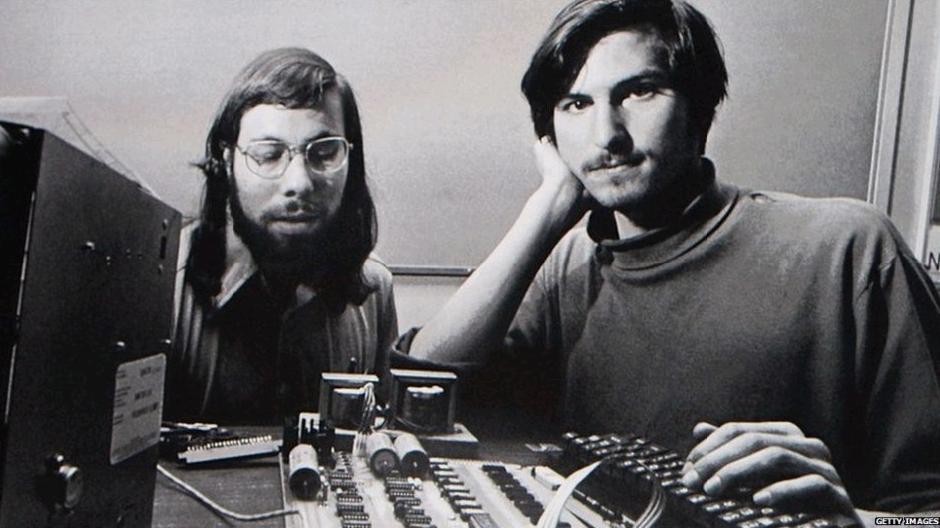 乔布斯和他的朋友沃兹尼亚克在硅谷的一间车库中开始了创建苹果公司的历程,为了筹集资金,乔布斯甚至卖掉了自己的汽车。苹果首款电脑在1976年上市,售价666.66美元。