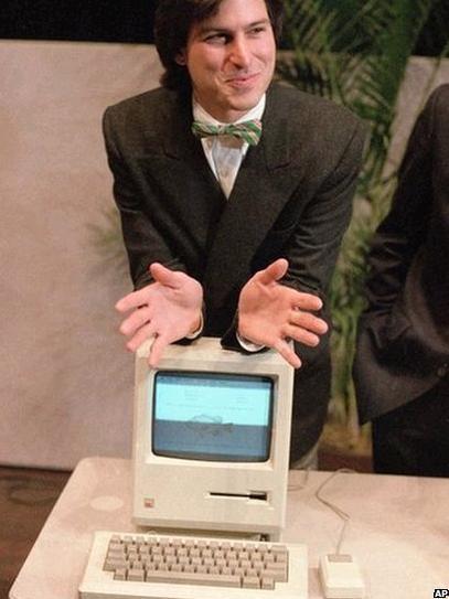 1980年,苹果公司在纳斯达克上市,乔布斯一跃成为亿万富翁。两年后,苹果营收达到10亿美元。